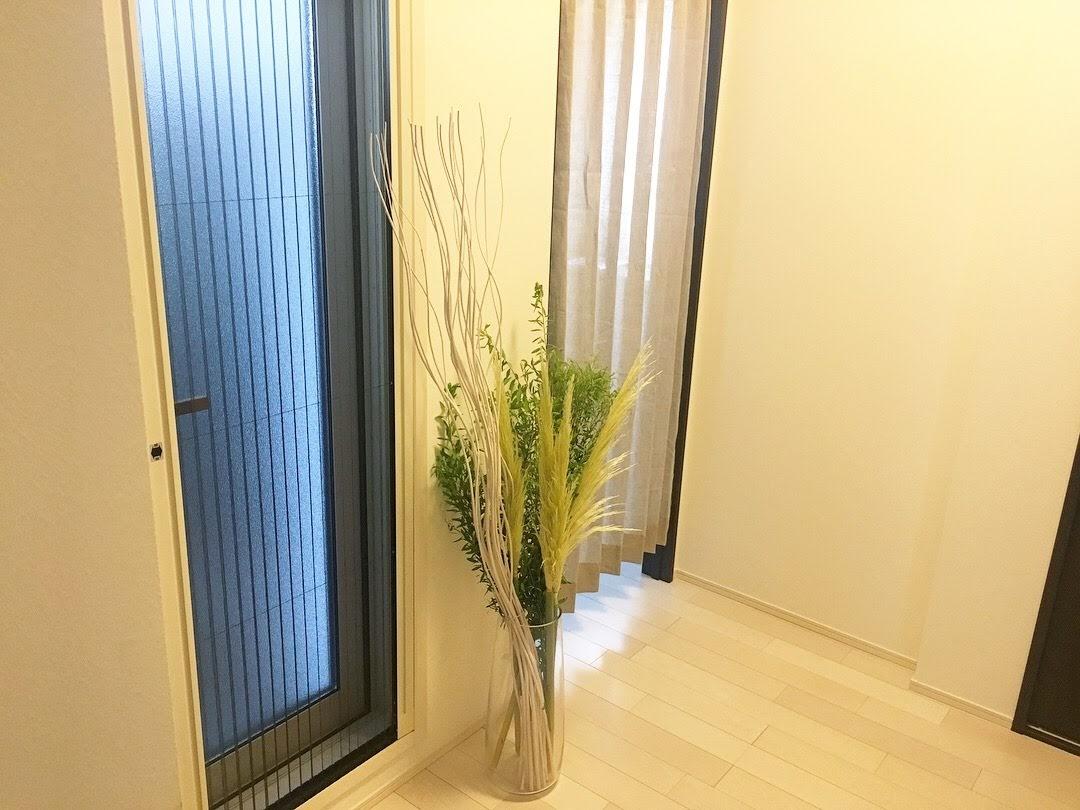 カーテン選び!遮熱効果のあるロールスクリーン・視線を気にしないドアカーテン